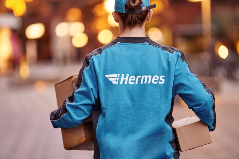 Hermes Mitarbeiterin mit Paketen (Foto: Hermes/Willing-Holtz)  Paket; Päckchen; Label; Zustellung; Bote; Paketzusteller; Lieferant; Karton; Sendung; Lieferung
