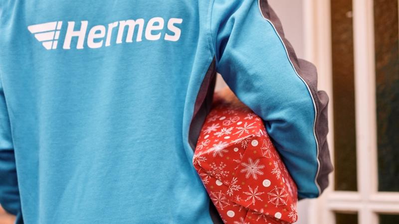 Hermes Mitarbeiterin scannt ein Paket (Foto: Hermes/Willing-Holtz)