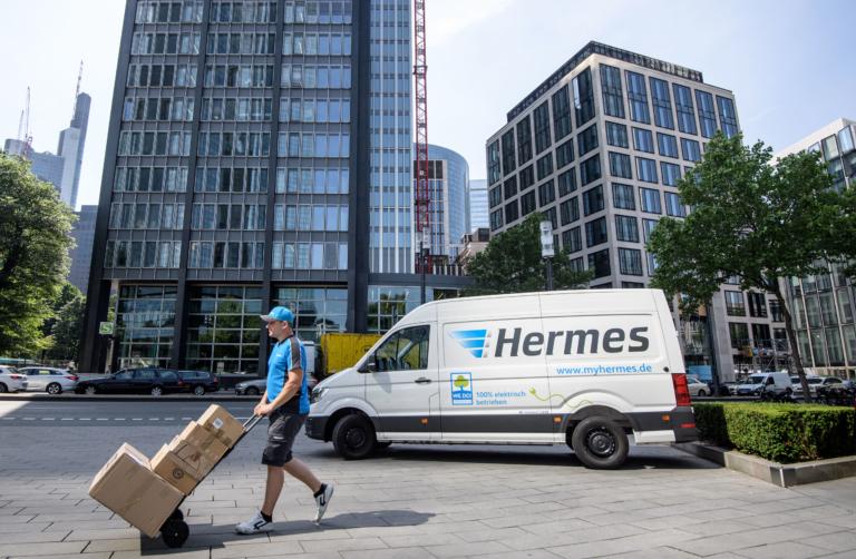 Hermes-Zustellung in Frankfurt (Foto: Hermes)    Zustellung; Zusteller; Paketversand; Innenstadtlogistik