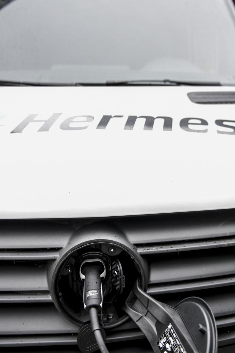 E-Transporter aus der Hermes-Flotte während des Ladens. Hermes liefert in den Berliner Stadtteilen Schöneberg, Kreuzberg, Prenzlauer Berg, Tiergarten, Mitte und im Regierungsviertel emissionsfrei Pakete und Päckchen. Zur Fahrzeug-Flotte gehören 14 E-Transporter. (Foto: Hermes)  E-Transporter; Green Delivery Berlin; City-Logistik; Nachhaltigkeit; E-Mobilität; Ladestation