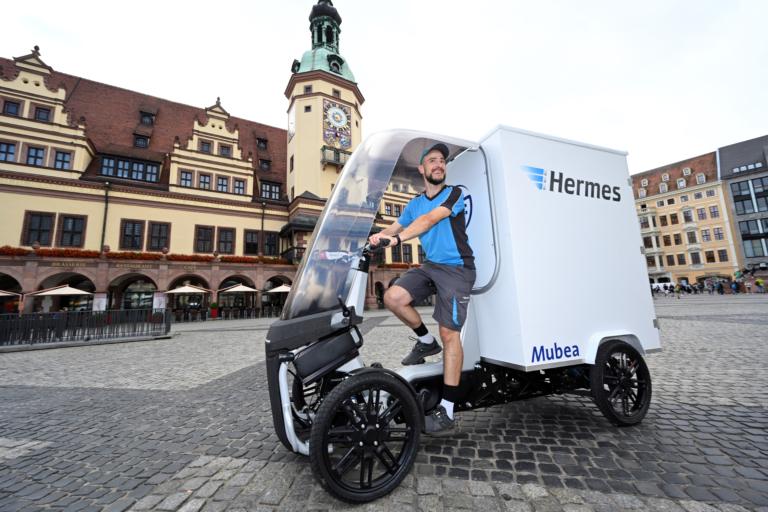 Hermes Zusteller mit dem Prototypen eCargo von Mubea im Juli 2021 in Leipzig. (Foto: Hermes)  Lastenrad; Leipzig; Test; Mubea; City-Logistik; Fahrzeuge