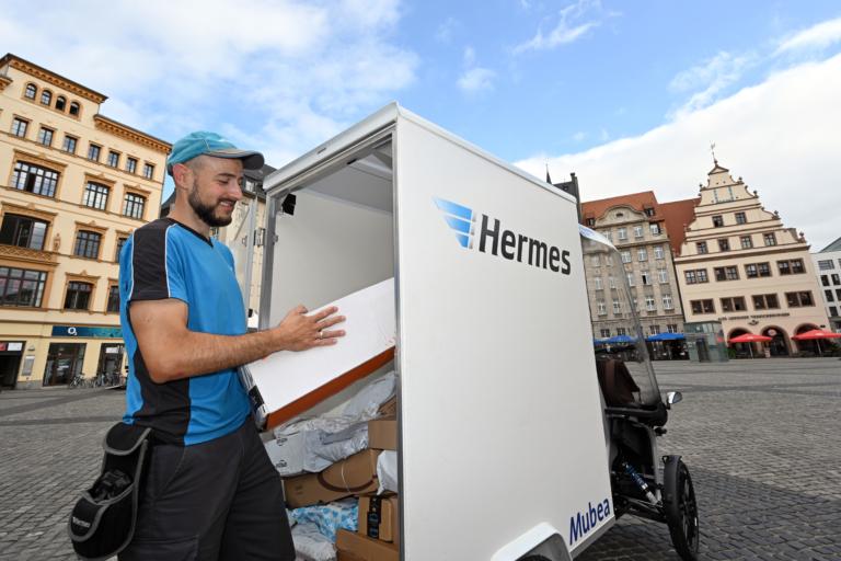 Hermes Zusteller unterwegs in Leipzig mit dem Prototypen eCargo von Mubea (Foto: Hermes)  Lastenrad; Mubea; Leipzig; Nachhaltigkeit; City-Logistik; Zustellung