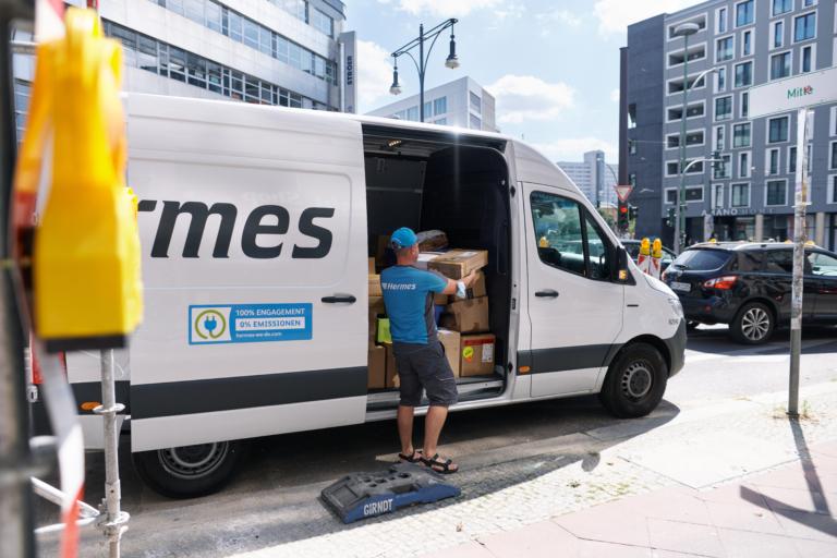 Hermes stellt in Berliner Innenstadtbezirken u.a. mit 14 E-Transportern emissionsfrei zu. Im Rahmen von Green Delivery Berlin übernehmen die E-Fahrzeuge größere und sperrigere Sendungen und steuern die 79 PaketShops im Gebiet an. (Foto: Hermes/Willing-Holtz)  E-Transporter; E-Fahrzeug; Berlin; Green Delivery; emissionsfrei; PaketShop; Zusteller
