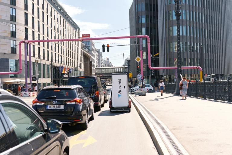 Vorbei am stockenden Verkehr: Lastenräder bieten im Straßenverkehr einer Großstadt viele Vorteile. (Foto: Hermes/Willing-Holtz)Lastenrad; Berlin; Green Delivery; emissionsfrei; Stadtverkehr; Einbahnstraße