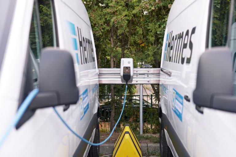 Hermes treibt die Elektrifizierung der Fahrzeugflotte voran. Im Rahmen von Green Delivery Berlin sind 14 E-Transporter emissionsfrei in den Innenstadtbezirken unterwegs. (Foto: Hermes/Willing-Holtz)  E-Fahrzeuge; E-Mobilität; E-Transporter; Green Delivery Berlin; Ladesäulen; Ladeinfrastruktur