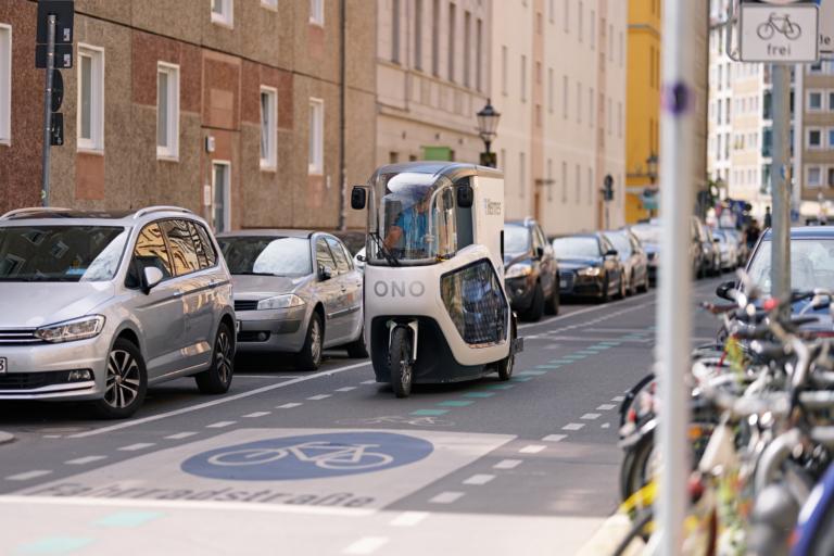 Hermes Zusteller mit einem Lastenrad der Marke ONO unterwegs in einer Fahrradstraße in der Berliner Innenstadt. (Foto: Hermes/Willing-Holtz)