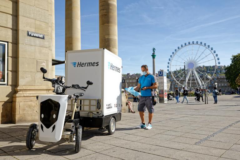 Lastenrad in Stuttgart Innenstadt im Einsatz (Foto: Hermes)  Nachhaltigkeit; E-Mobilität; Zustellung; Lastenrad; City-Logistik