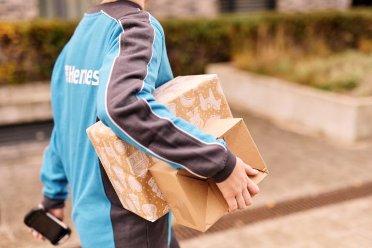 Hermes Mitarbeitern stellt Pakete in der Vorweihnachtszeit zu. (Foto: Hermes/Willing-Holtz)  Weihnachten; Zustellung; Zustellerin; Paket; Handscanner